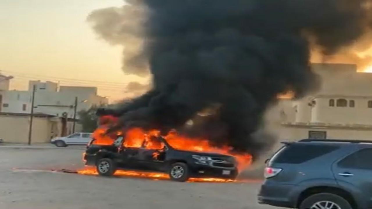 بالفيديو.. النيران تلتهم مركبة أثناء سيرها في الأفلاج