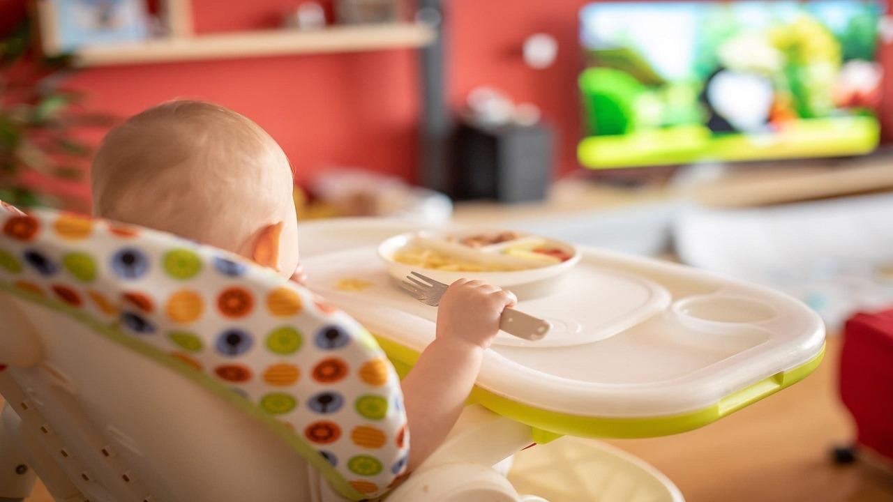 مشاهدة التلفاز أثناء تناول الوجبات يؤثر على قدرات الطفل اللغوية