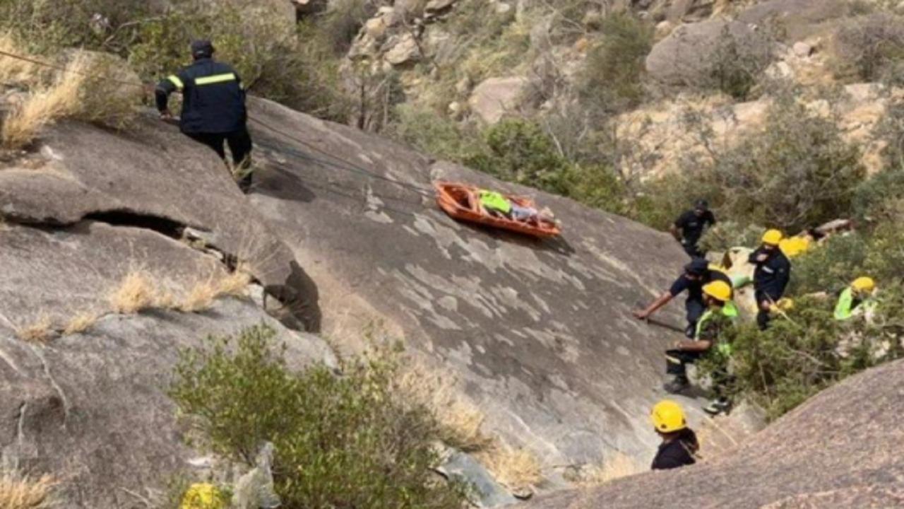انتشال جثماني شابين سقطا من أحد الجبال الوعرة بعقبة حزنه