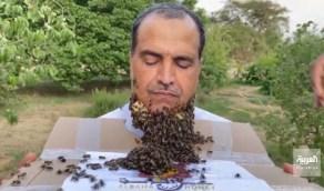 بالفيديو.. مواطن في الباحة يغطي وجهه 240 ألف نحلة