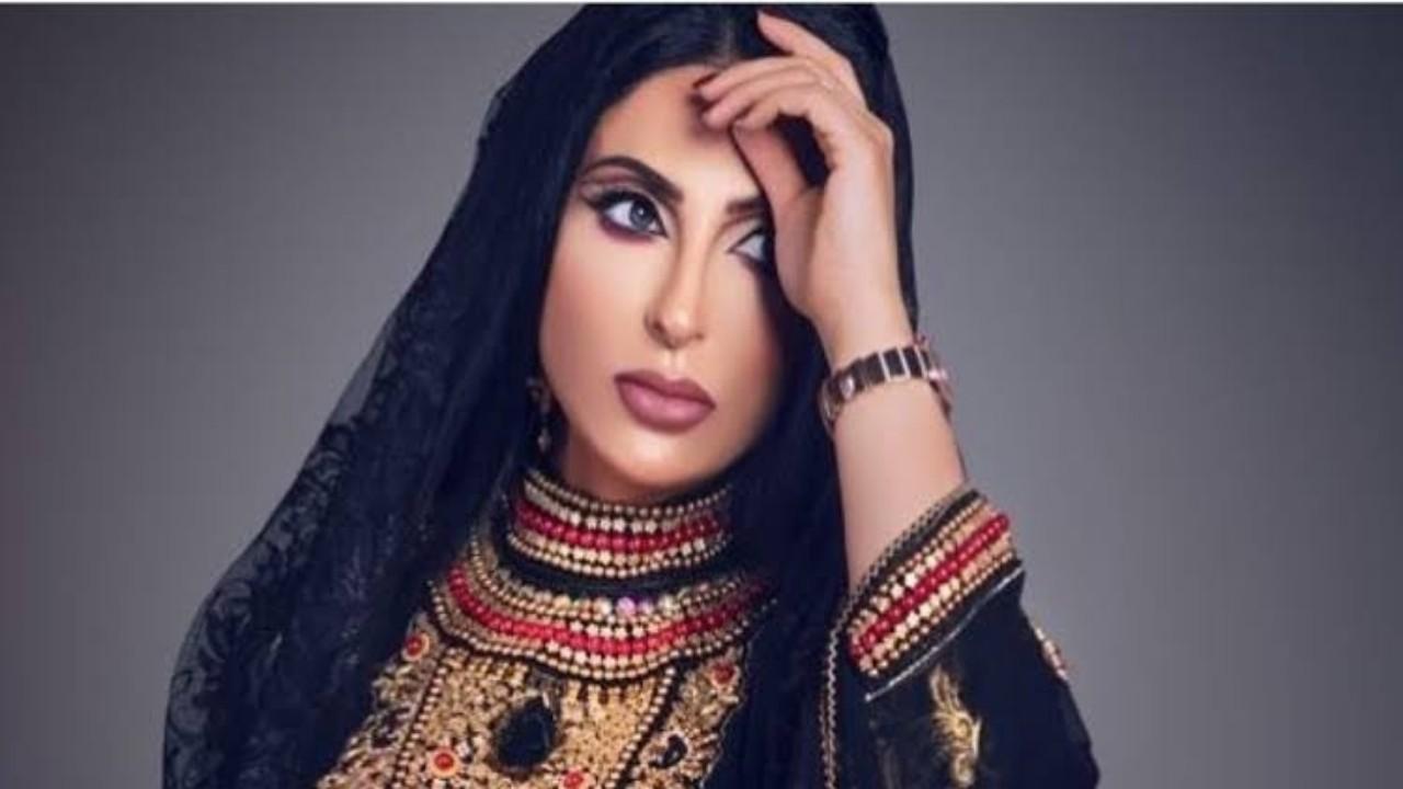 بالفيديو.. اتهامات لزينب العسكري بالاستعراض بعد تقبيلها يد والدتها