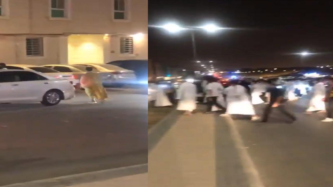 فيديو.. شبان يتجمهرون حول فتيات قرب أحد المجمعات التجارية