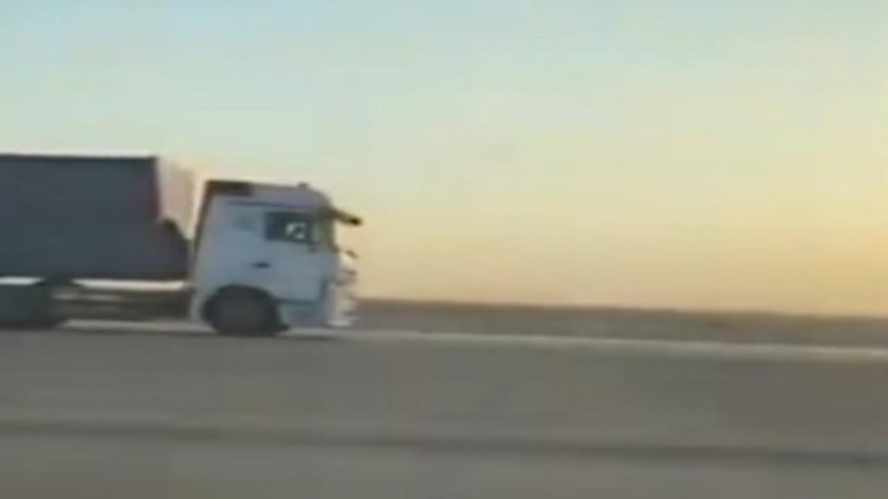 بالفيديو.. شاحنة تسير عكس الاتجاه على طريق الرياض_القصيم