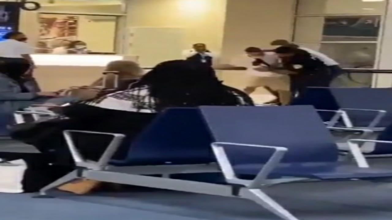 """مغني الراب """"يوسيلفيو"""" يتلقى صفعة قوية من شرطي بمطار في هولندا """"فيديو"""""""