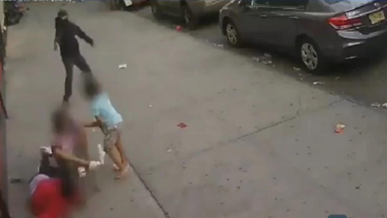 بالفيديو.. طفلة تستخدم جسدها لحماية شقيقها من إطلاق نار مروع