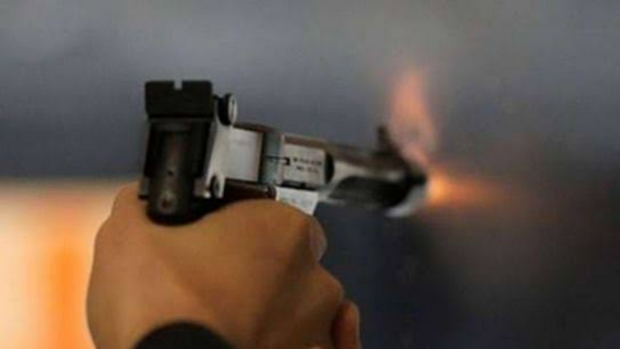 رجل يطلق النار على ابنته لزواجها من شريكه السابق بالعمل