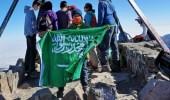 بالصور.. طفل يرفع علم المملكة في أعلى قمة جبل بالوطن العربي