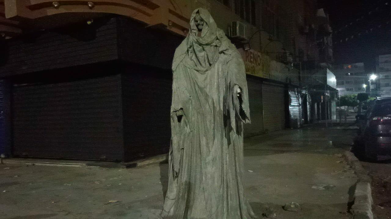 """بالفيديو والصور..ظهورتمثال """" شبح الموت """" في شارع عام بمصر"""