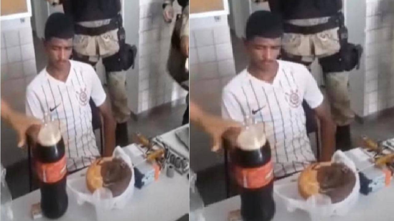 بالفيديو.. رجال شرطة يحتفلون بعيد ميلاد متهم بطريقة ساخرة