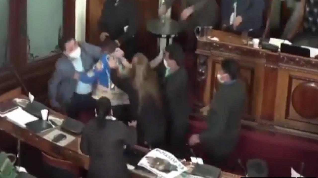 بالفيديو.. شجار عنيف في البرلمان البوليفي