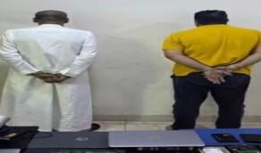 """ضبط مواطن ومقيم قاما بتكسير زجاج المركبات وسرقة ما بداخلها في الرياض """" فيديو """""""
