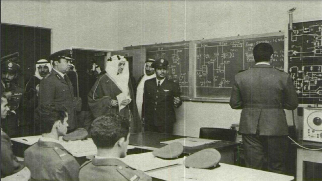 صورة نادرة لزيارة الملك فيصل لفصل تدريبي بقاعدة الظهران الجوية