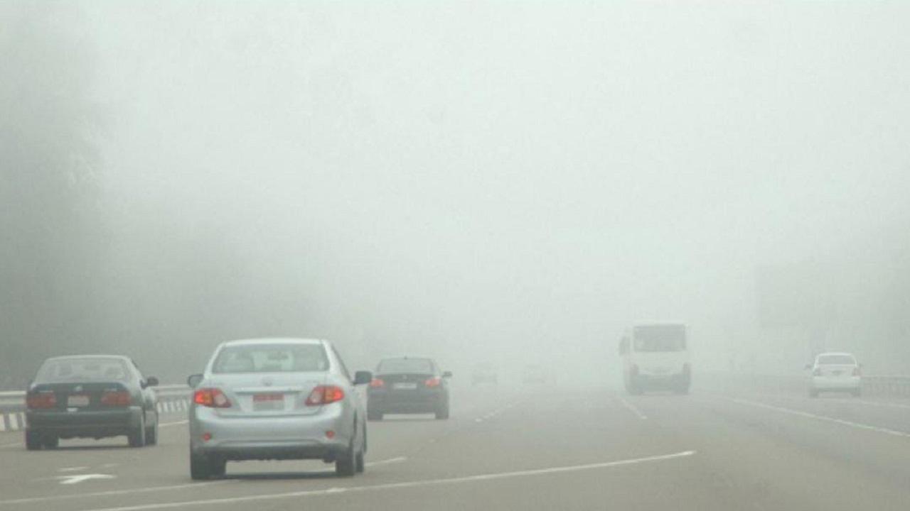 أمن الطرق ينبه قائدي المركبات بالمنطقة الشرقية من الأتربة والرؤية المنخفضة