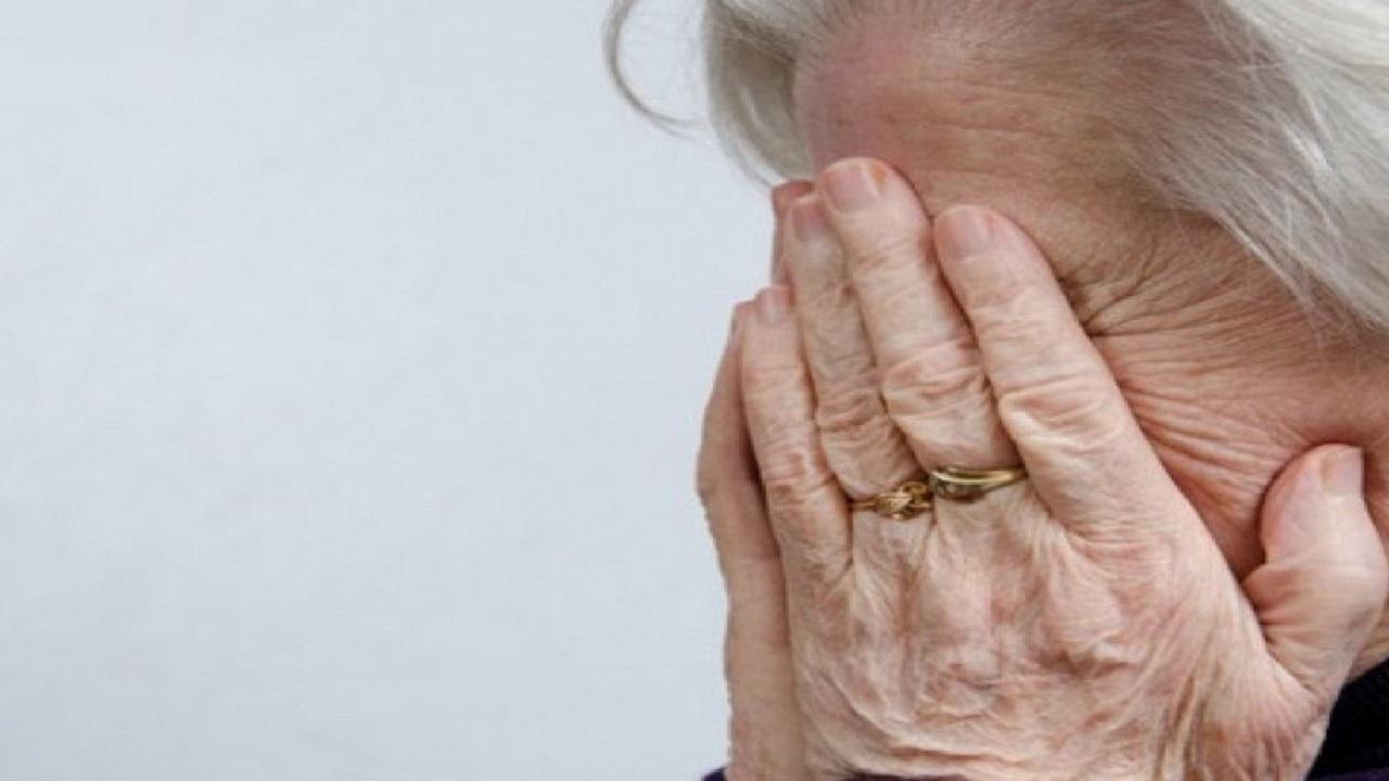 شاب يغتصب جارته العجوز بحضور زوجها