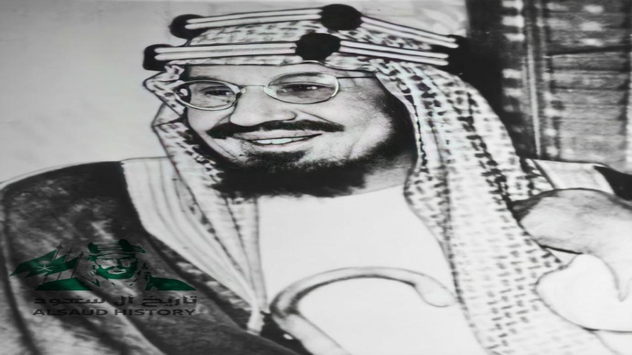 صورة نادرة للملك عبدالعزيز وهو يبتسم خلال استقبال ملك الأردن بالرياض