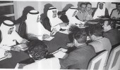 صورة تاريخية للملك فهد أثناء اجتماعه مع وفد يمني برئاسة العيني قبل 50 عاما