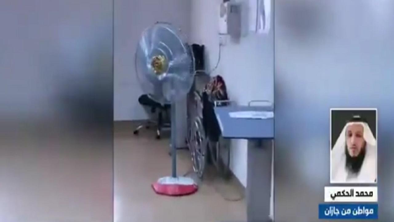بالفيديو.. مواطن يشكو تعطل تكييفات مستشفى بجازان: طلبوا مني مروحة لحل المشكلة
