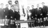 صورة تذكارية نادرة للملك فيصل يحيط به مجموعة من حكام كرة القدم