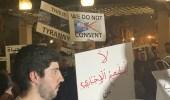 بالصور.. شيخ بالأسرة الحاكمة في الكويت يحمل ساطورًا أمام مجلس الأمة