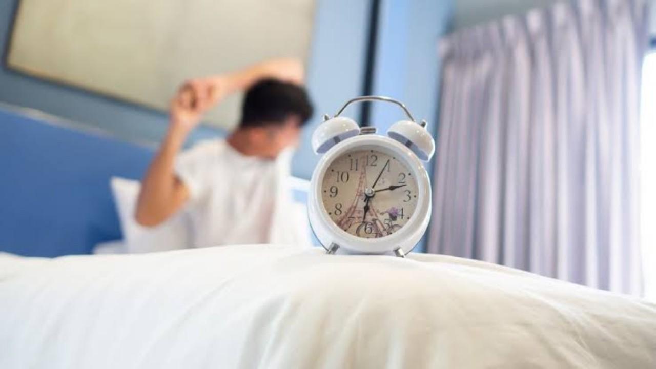 الاستيقاظ قبل الوقت المعتاد بساعة يقلل خطر الإصابة بالاكتئاب