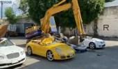 بالفيديو.. لحظة تدمير عدد من السيارات الفاخرة بسبب محاولة تهريبها بشكل غير قانوني