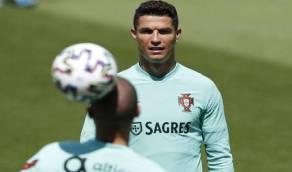 بالفيديو.. رونالدو ينفذ مقلب غريب في بيبي خلال تدريب البرتغال