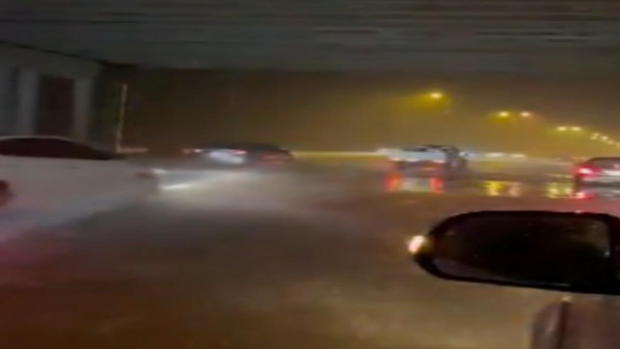"""أمطار غزيرة تهطل على أنحاء متفرقة في جازان """"فيديو"""""""