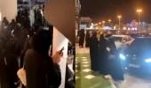 """بالفيديو.. تجمهر فتيات حول أحد المشاهير في """"كافيه"""" لتصويره"""