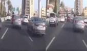فيديو.. قائد مركبة يراوغ السيارات بسرعة جنونية