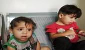 أب سوري يتخلى عن طفلتيه بسبب الفقر