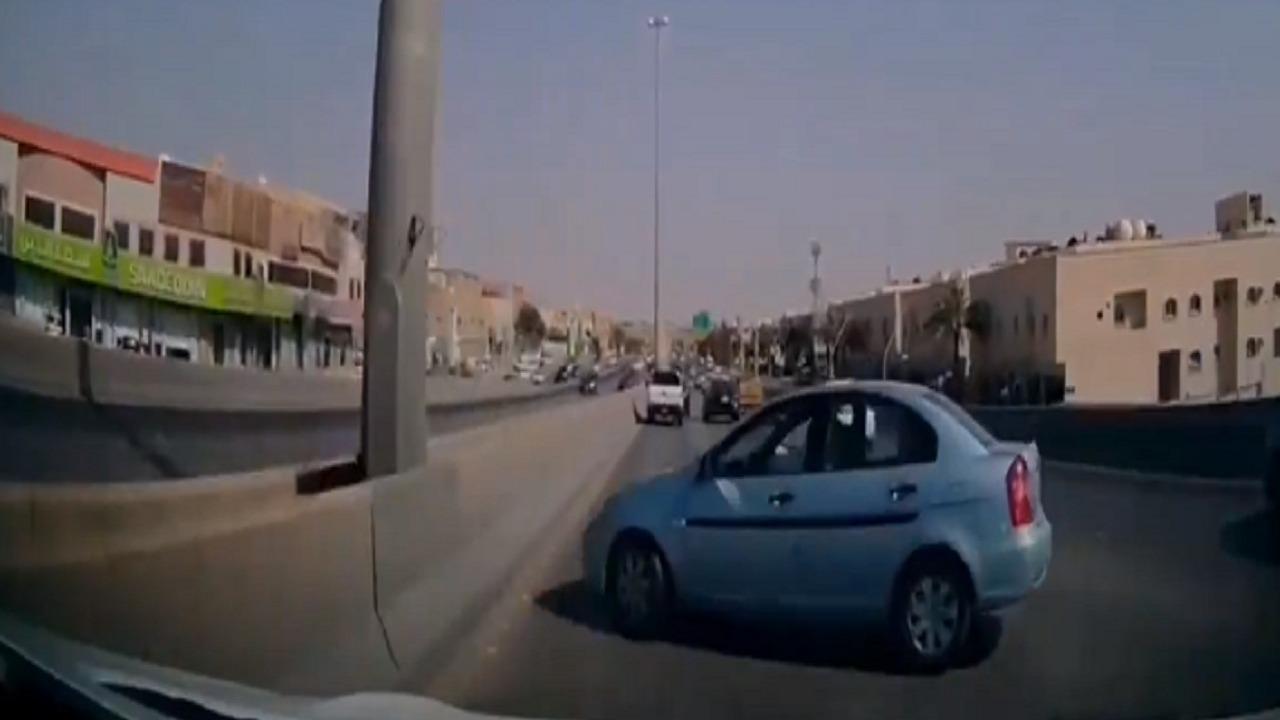 فيديو.. لحظة انحراف سيارة واصطدامها بأخرى في الرياض