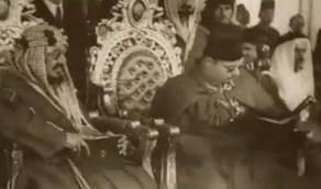 فيديو نادر لحضور الملك عبدالعزيز عرضًا عسكريًا للجيش المصري عام 1946