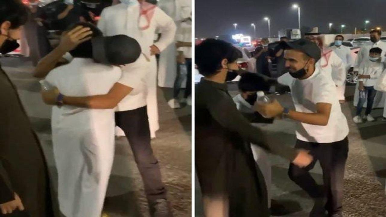بالفيديو.. لقاء مؤثر بين بائع آيس كريم الدمام و أشقائه عقب فراق سنة و6 أشهر