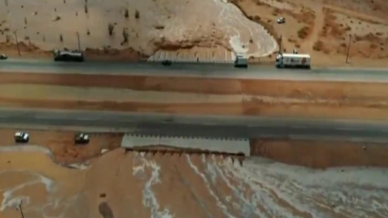 بالفيديو.. السيول تقطع الطريق بين الأفلاج ووادي الدواسر