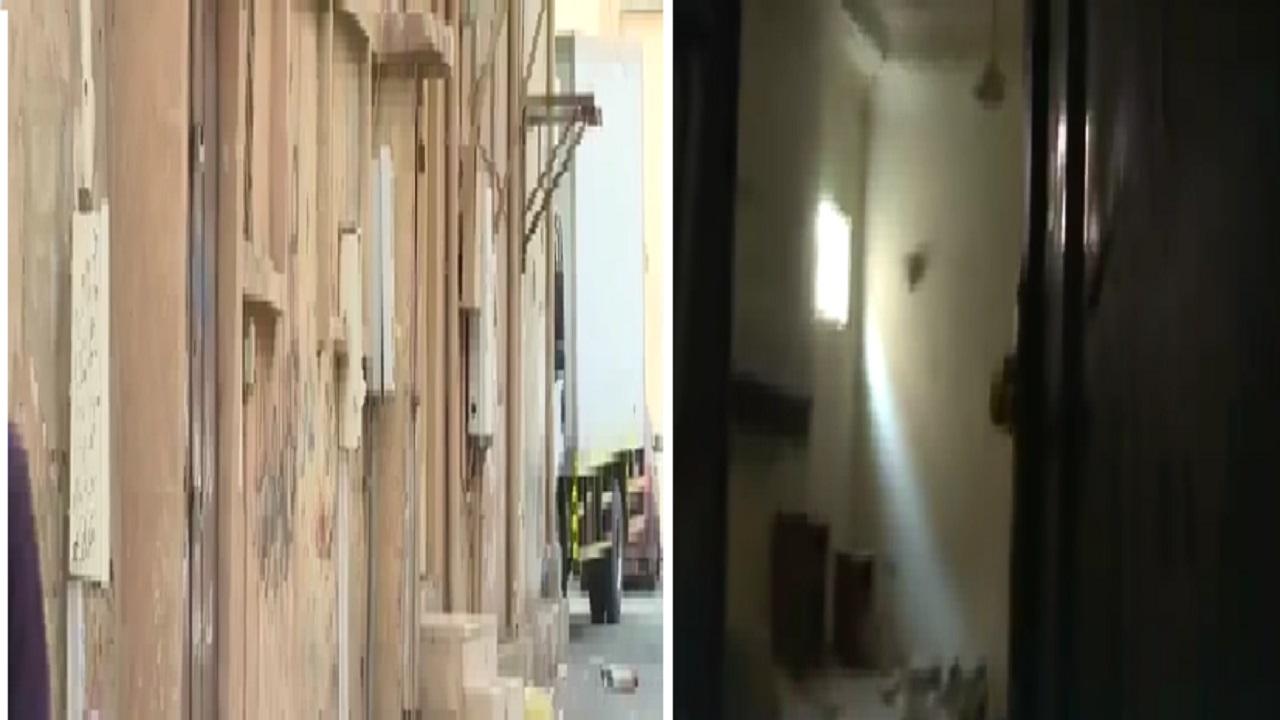 """بالفيديو.. عمالة مخالفة تخزن الأغذية في بيوت مهجورة بسوق """" عتيقة """" بالرياض"""