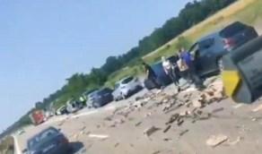 سائقون يتهافتون على كبسولات قهوة سقطت من شاحنة