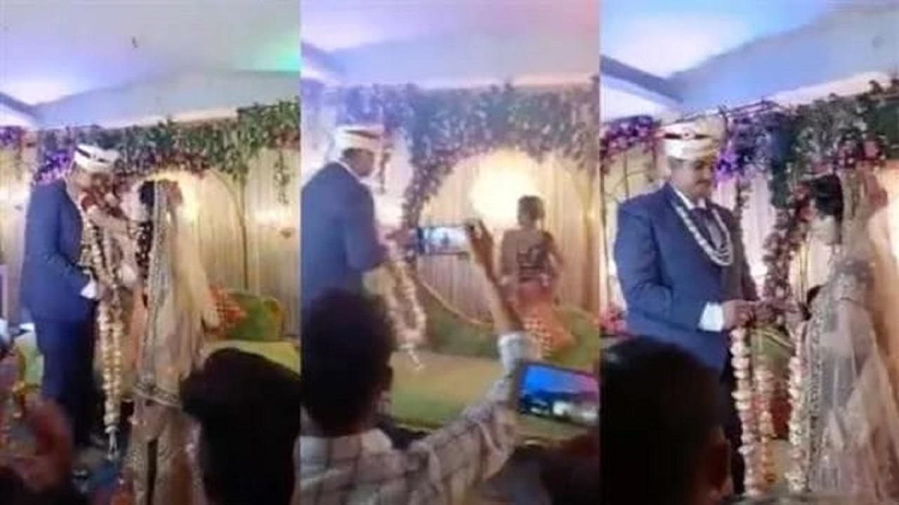 بالفيديو.. عروس تجري على خشبة المسرح عندما اقترب العريس منها