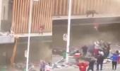 بالفيديو.. أم تلقي رضيعها من أعلى البناية بعد اندلاع حريق