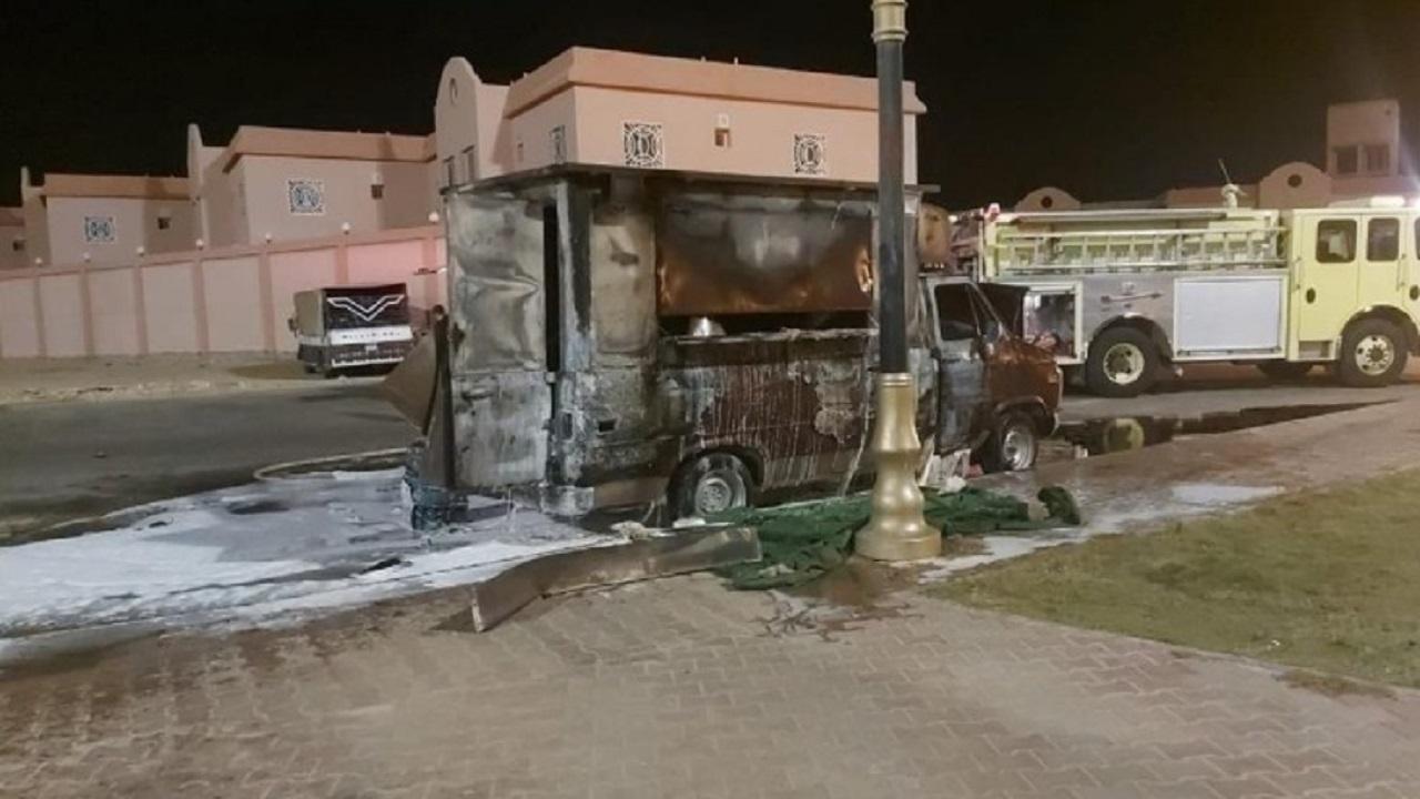 """اندلاع حريق في عربة """"فود ترك"""" مواطنة بينبع"""