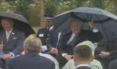 بالفيديو.. رئيس الوزراء البريطاني يتعرض لموقف مضحك بسبب مظلته