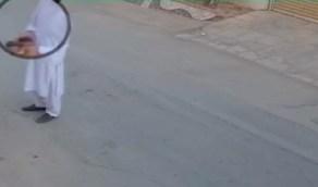 فيديو.. عامل توصيل طلبات باكستاني يبصق على القهوة