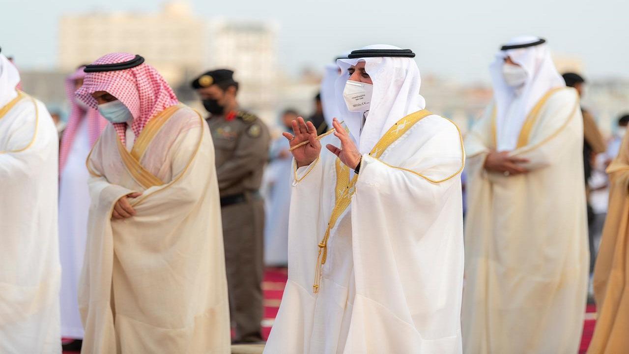 أمير تبوك يتقدم جموع المصلين لأداء صلاة عيد الأضحى