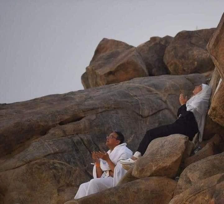 صورة مؤثرة من جبل عرفات