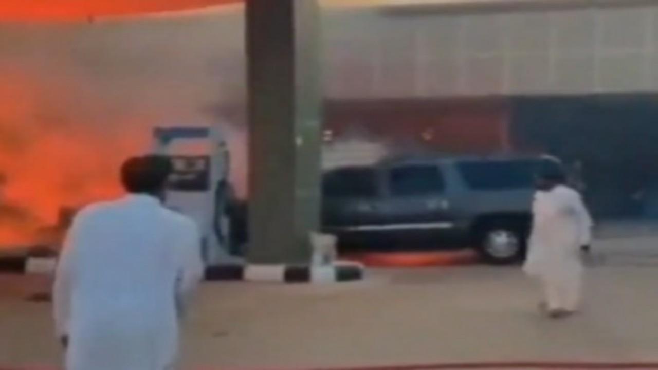 شاهد.. لحظة اندلاعحريق في محطة وقود بعد اصطدام مركبة بها