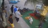 بالفيديو.. إنحراف سيارة مسرعة على مصلين أمام إحدى المحال