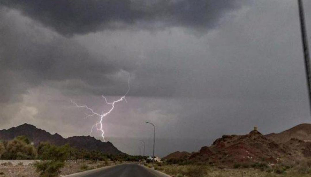 تنبيهات بسحب رعدية ورياح نشطة وأمطار على عدد من المناطق