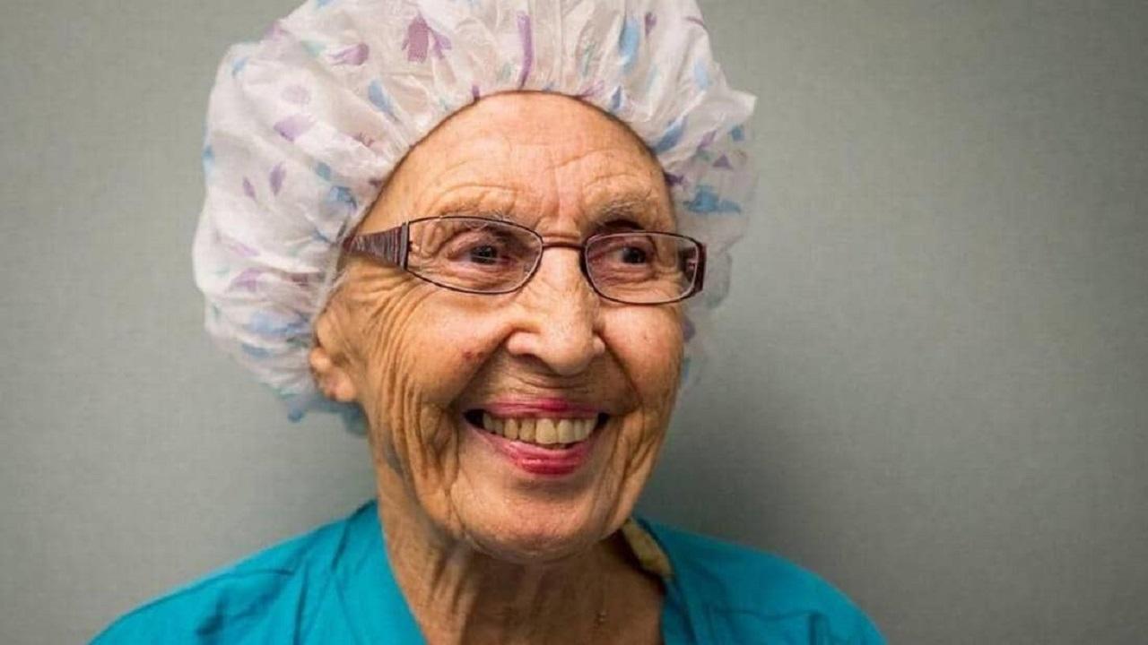 تقاعد أكبر ممرضة عن عمر 96 عاما