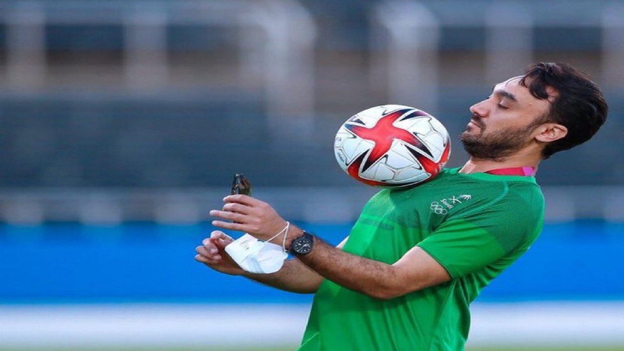 فيديو وصور..وزير الرياضة يستعرض مهاراته الكروية بمران الأخضر