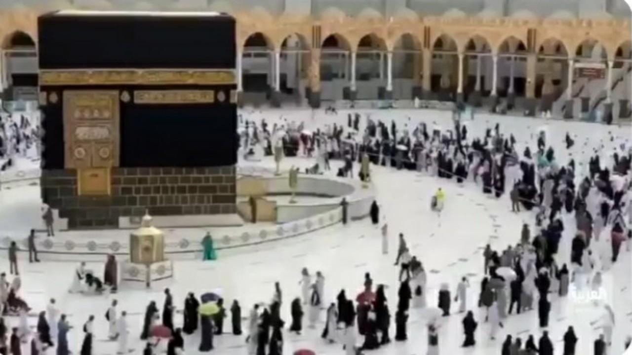"""حجاج بيت الله الحرام المتأخرين يؤدون طواف الوادع """"فيديو"""""""