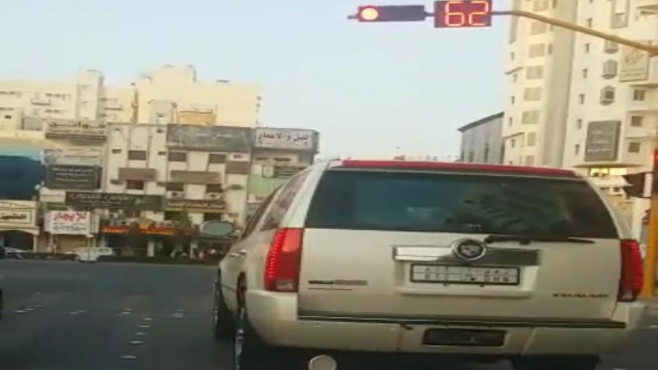 """سائق يتعمد قطع الإشارة الحمراء عدة مرات في أحد مناطق المملكة """"فيديو"""""""